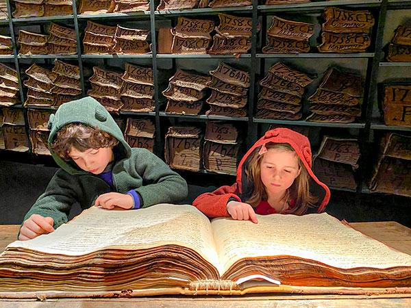 bambini leggono libro antico