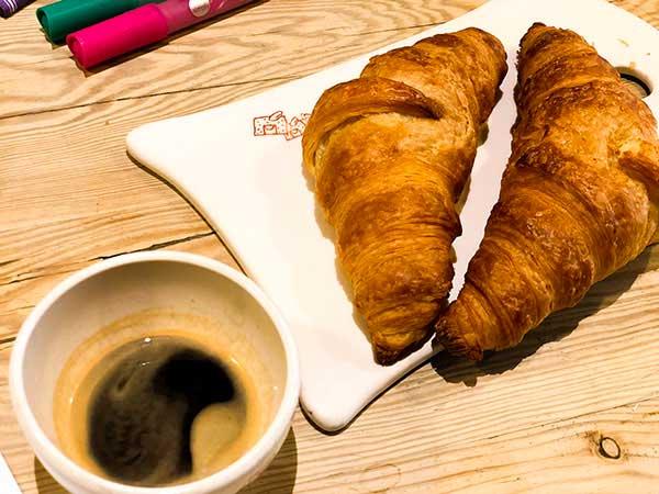 colazione con croissant