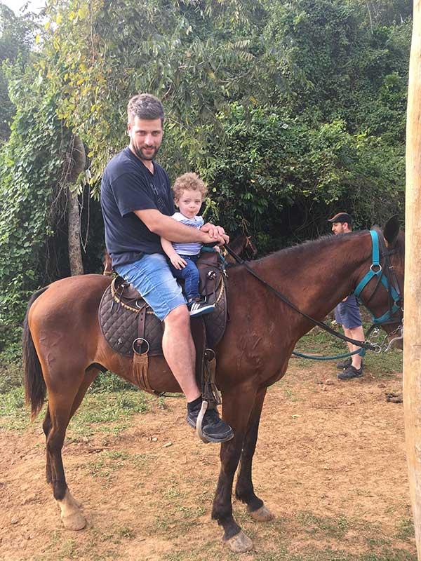 papà e bimbo a cavallo