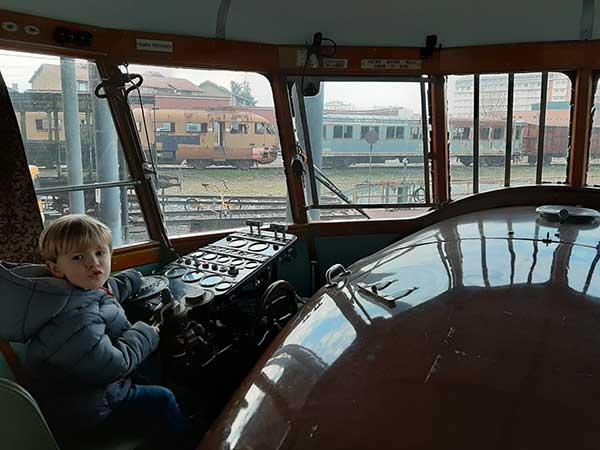 bambino guida treno