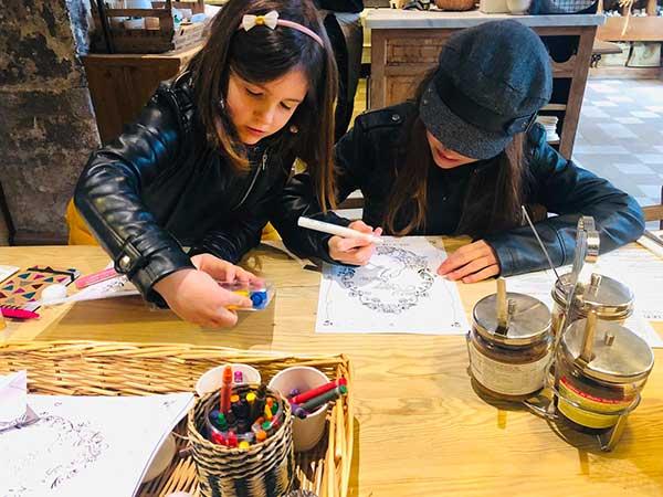bambine disegnano
