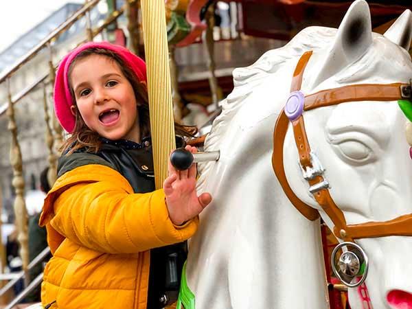 bambina sulla giostra a parigi