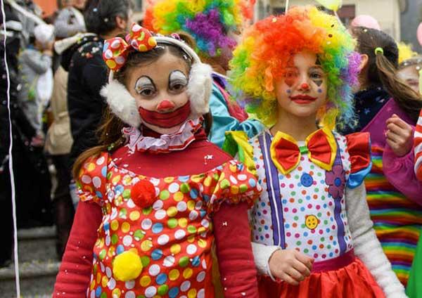 bambin ivestiti da pagliacci per carnevale