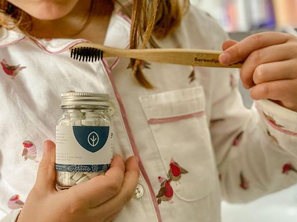 Pordotti green, bambina con spazzolino bambu e dentifircio in pastiglie