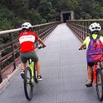 papà e bambino in bici
