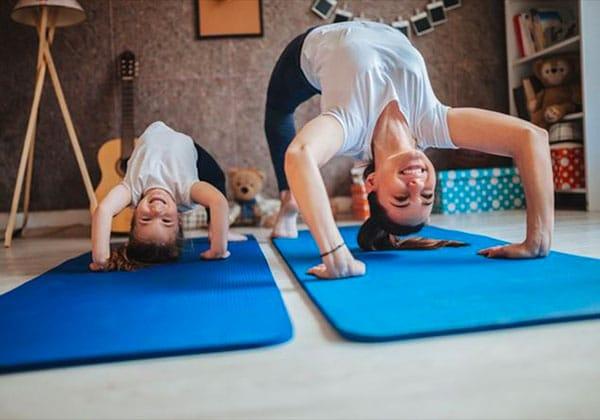 mamma e bambino fanno ginnastica
