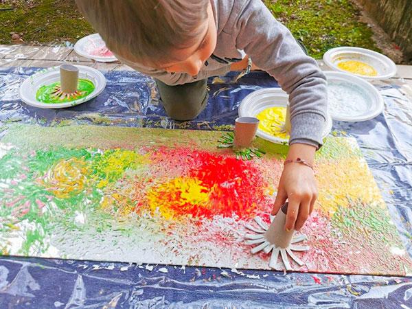 bambino colora sullo specchio