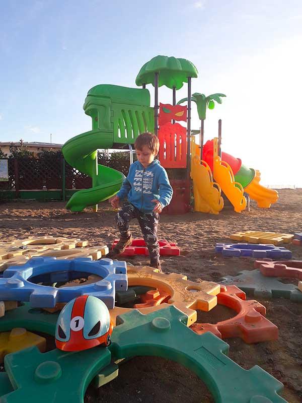 spiaggia di grado con giochi e bambino