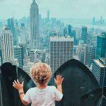 bambino guarda i grattacieli di New York