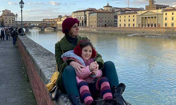 mamma e bambina abbracciate e sull osfondo Firenze e il Ponte vecchio