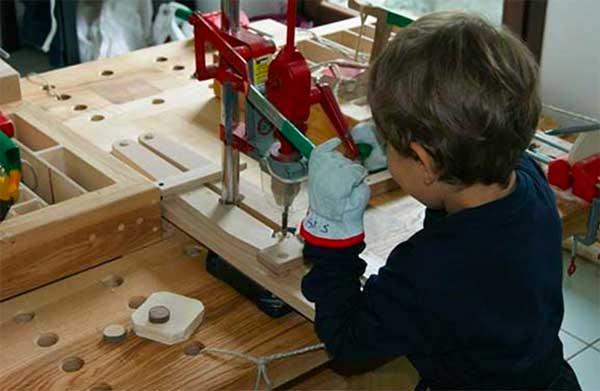 bambino al museo fa laboratorio