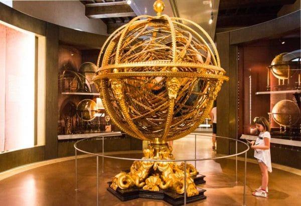 museo Galileo bambina osserva mondo