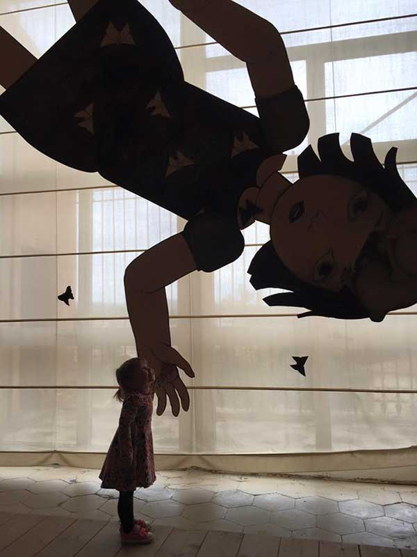 bambina e ombra di opera d'arte