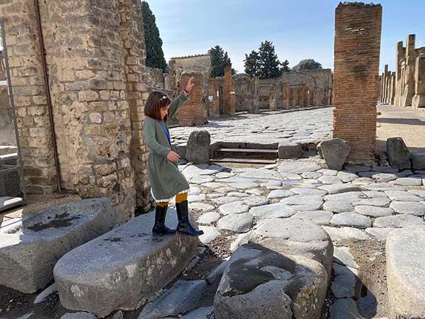 bambina negl iscavi di pompei