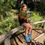 bambina legge libro nella Natura