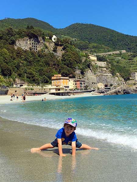 spiaggia bambino monterosso