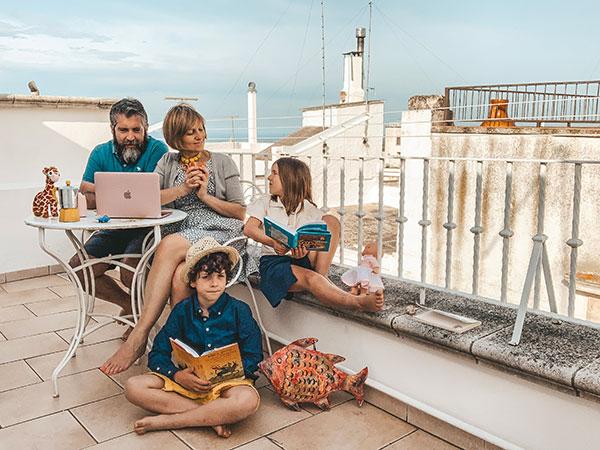 famiglia sul terrazzo di una casa vacanza di Ostuni