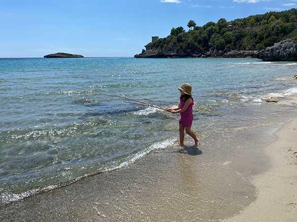 bambina in riva al mare in Cilento
