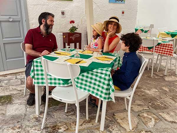 famiglia a tavola al ristorante estate