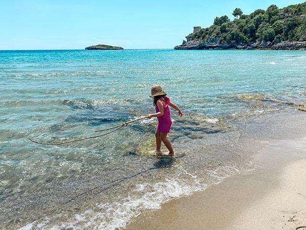 bambina in riva al mare a marina di Camerota
