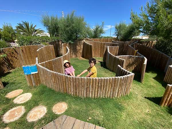 bambini giocano labirinto