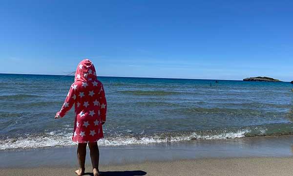 spiaggia Calanca Marina di Camerota, bambina di spalle