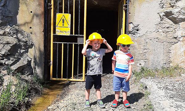 bambini con casco da minatori giallo