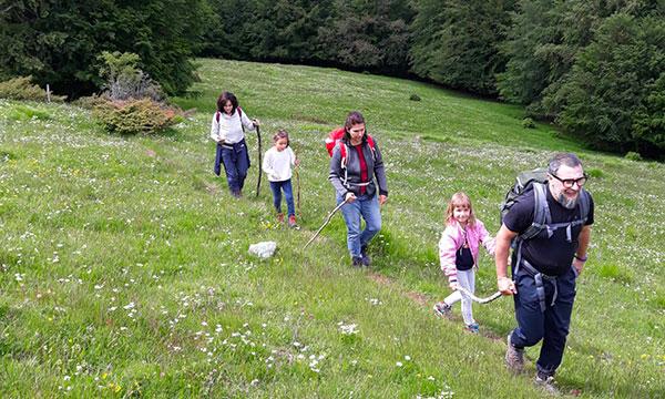 famiglia cammina sull'appennino toscano