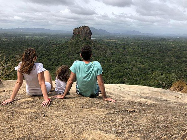 famiglia di spalle guarda Pidurangala Rock