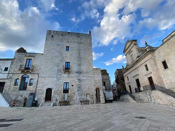 cisternino piazza con torre normanna