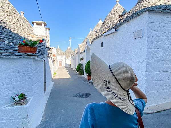 viaggiapiccoli puglia donna con cappello di paglia