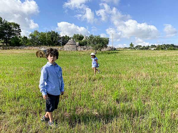 bambini in un campo in Valle d'Itria