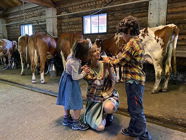 mamma e bambini in una stalla