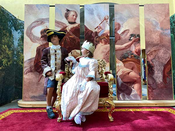 bambini vestiti in costume del 700