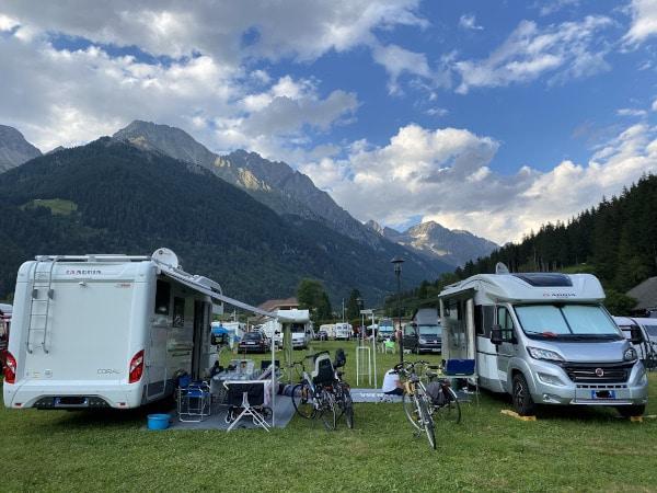 due camper parcheggiati su prato