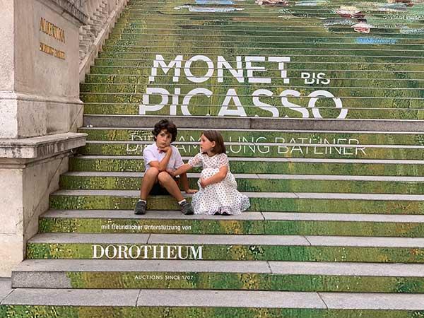 bambin iseduti sulle scale dell'Albertina a Vienna