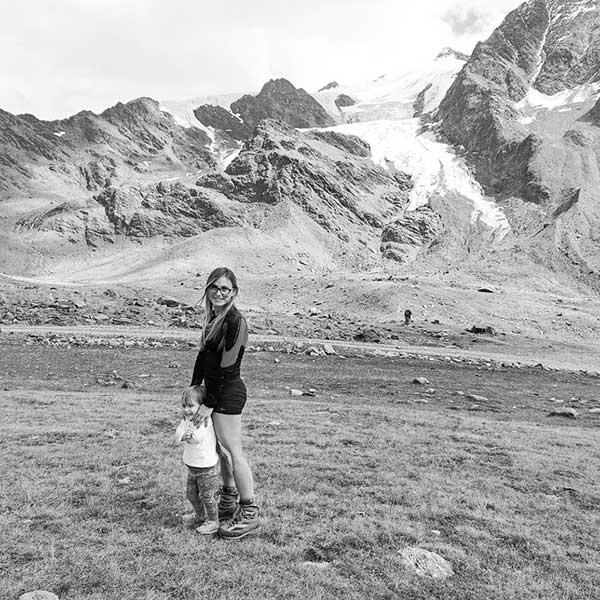 mamma con bambina in montagna foto bianco e nero
