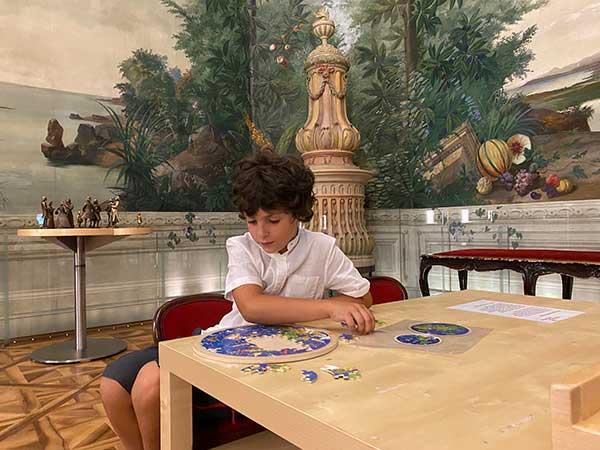 bimbo gioca nel museo di Schonbrunn