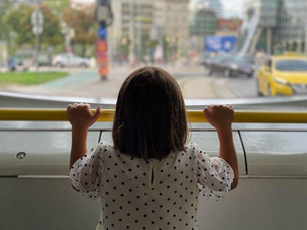 bambina di spalle sul tram