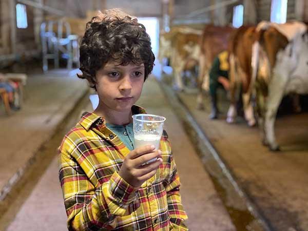 bimbo ocn bicchiere di latte fresco