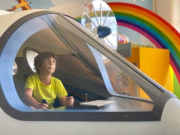 bambino pilota aereo in un museo