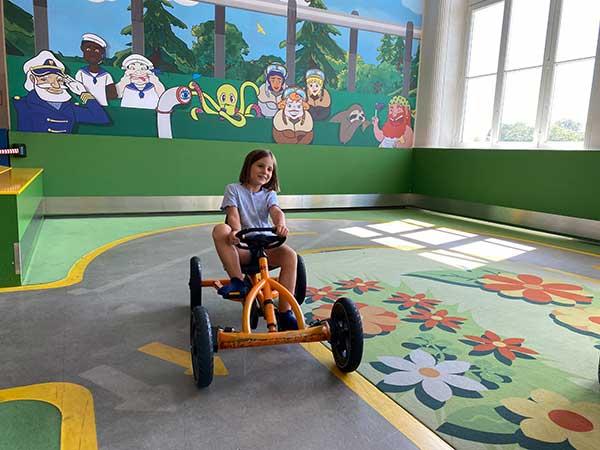 bambina nel museo della tecnica di Vienna