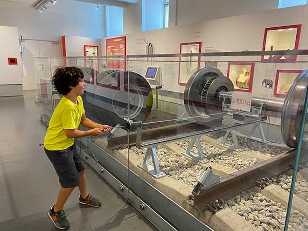 bambino nel museo della tecnica di Vienna