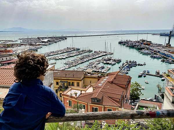 bambino guarda il golfo di Salerno