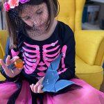 bambina con lavoretti di Halloween