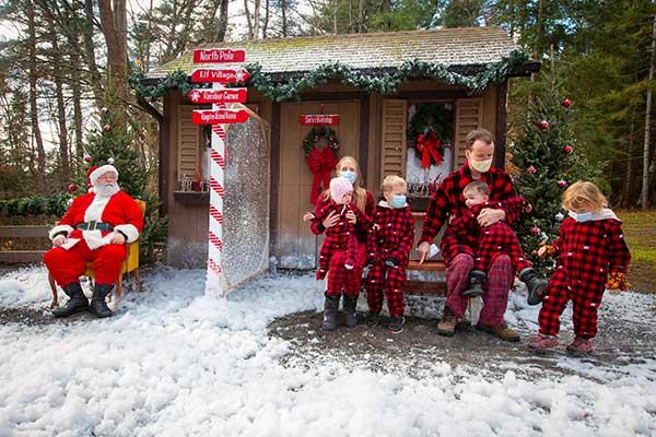 famiglia canasdese con babbo Natale
