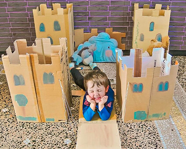 bambino in castello di cartone