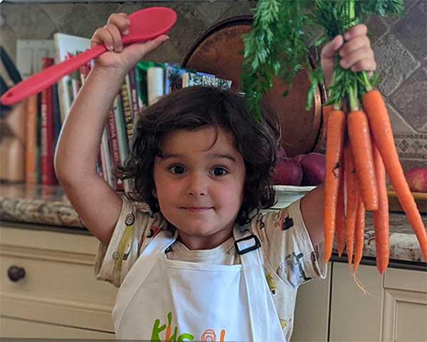 bambina con carote