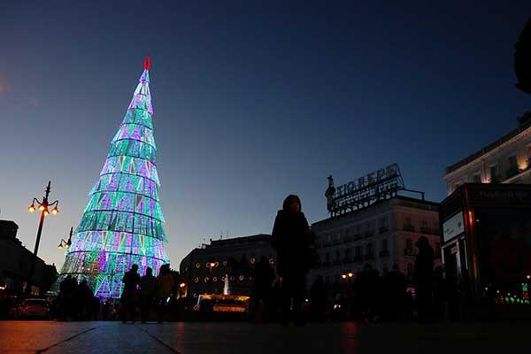 albero di Natale illuminato a Madrid