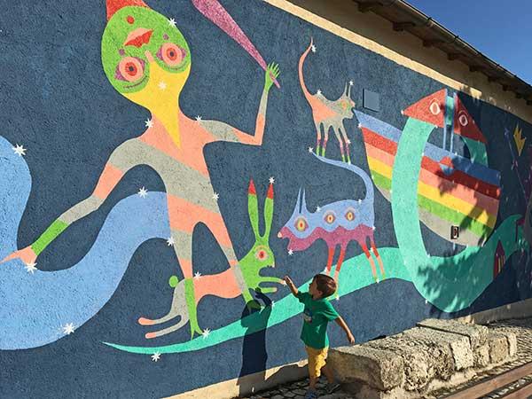 A spasso con i bambini, per Aielli, il paese dei murales in Abruzzo